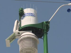 Weather reading unit mounted on street pole